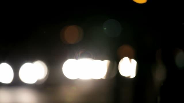 vidéos et rushes de asia nuit. surréaliste de marche de katmandou la circulation. - danger