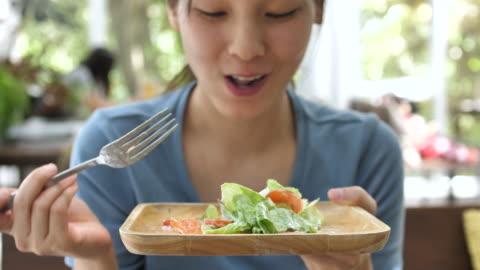 サラダを食べるアジアの女性 - ほっそりした点の映像素材/bロール