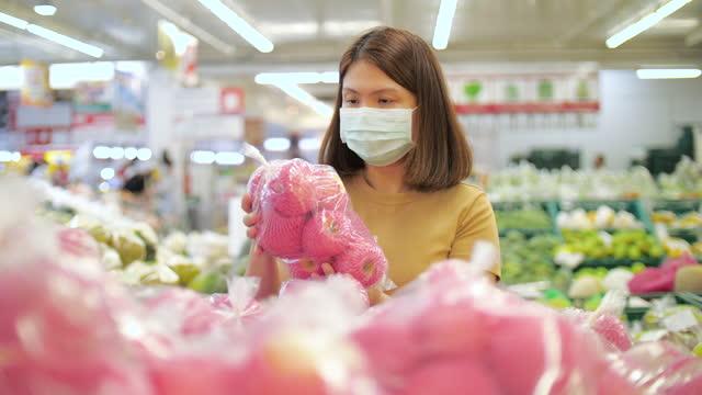asia frau mit gesichtsmaske einkaufen im supermarkt - einzelne frau über 30 stock-videos und b-roll-filmmaterial