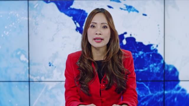LD asiatischen Hauptmoderatorin präsentiert die neueste Nachrichten aus der ganzen Welt