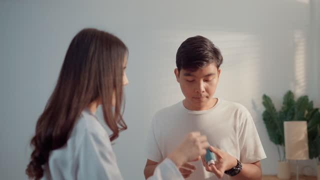 vidéos et rushes de les patients asthmatiques asiatiques s'inquiètent de la façon d'utiliser les inhalateurs d'asthme. - inhalateur