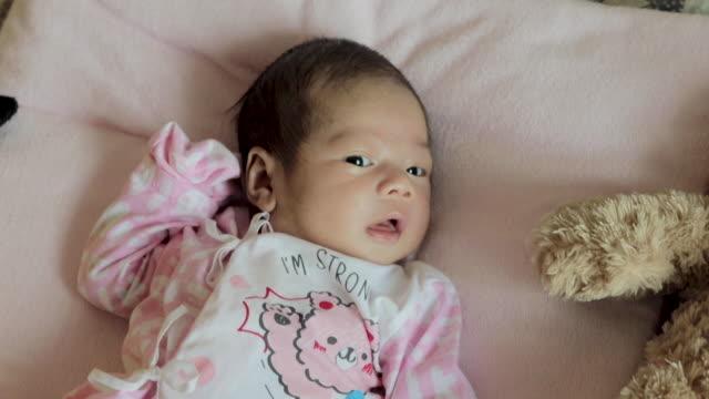 vídeos y material grabado en eventos de stock de bebés asiáticos (0-3 meses) - recién nacido 0 1 mes