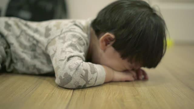asian baby boy crying unhappy feeling - soltanto un neonato maschio video stock e b–roll