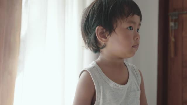 asiatisches baby junge tanzen - ein männliches baby allein stock-videos und b-roll-filmmaterial