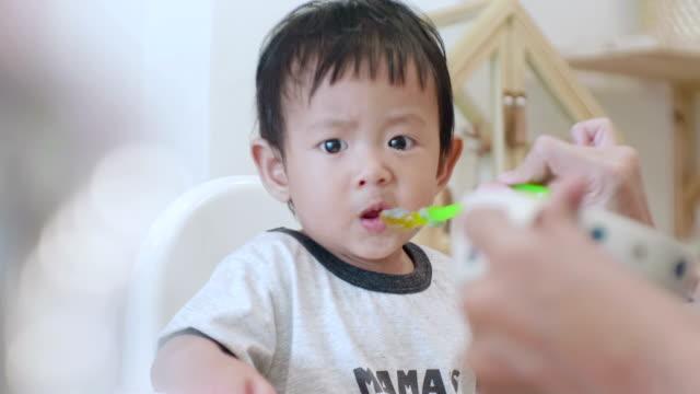vídeos y material grabado en eventos de stock de asian boy (6-11months) comer bebé papilla en casa - 6 11 months