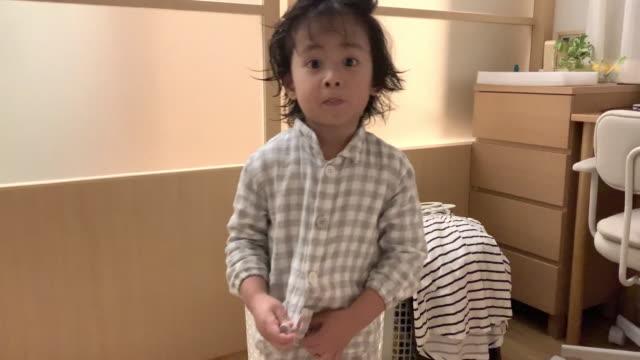 asiatische baby junge wird vor dem schlafengehen zu hause angezogen. - t shirt stock-videos und b-roll-filmmaterial