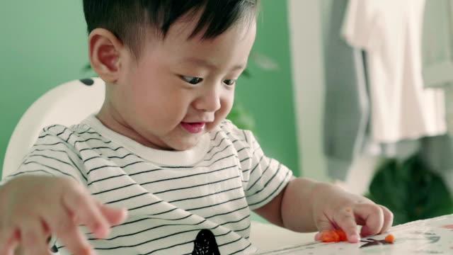 vidéos et rushes de garçon asiatique (12 mois) s'amuser - 12 17 mois