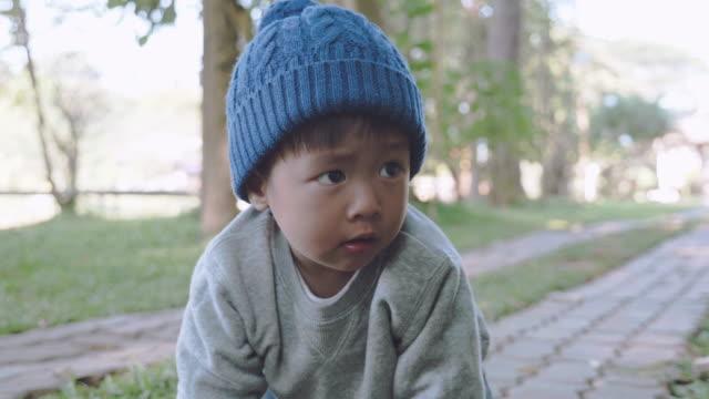 公園でアジア男の子 - 這う点の映像素材/bロール