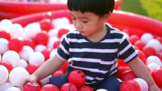 vídeos de stock e filmes b-roll de asian baby boy playing ball - vida de bebé