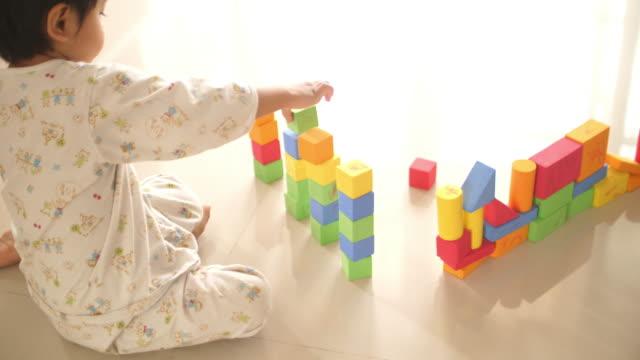 stockvideo's en b-roll-footage met aziatische babyjongen die blokkenspeelgoed speelt - one baby boy only