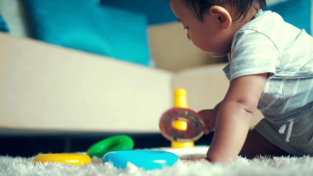 vídeos de stock e filmes b-roll de asian baby boy playing with toys. - 6 11 meses