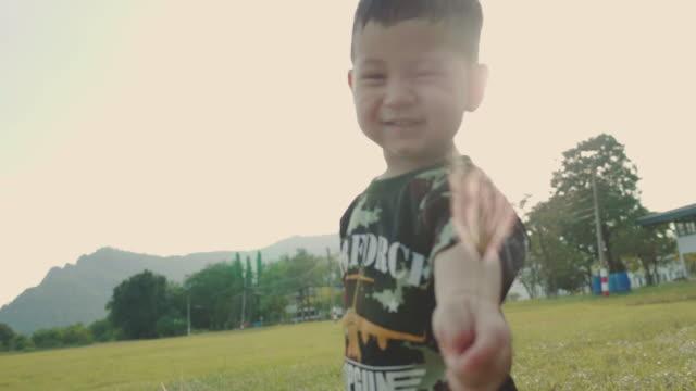 日没時に公園で実行しているアジアの男の子。 - 男の赤ちゃん点の映像素材/bロール