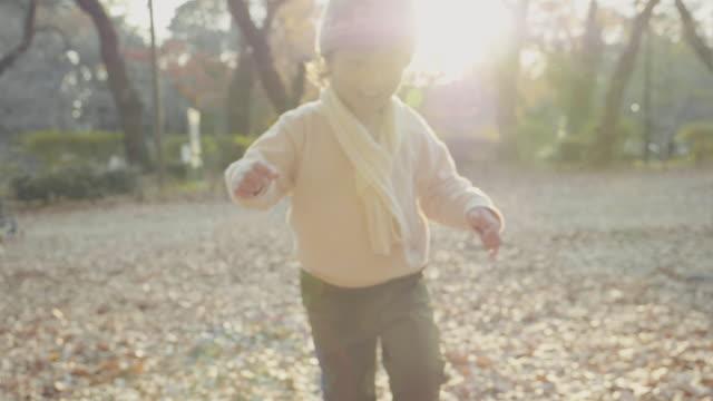 日没時に公園を走っているアジアの男の子。 - 幼児点の映像素材/bロール