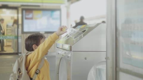 stockvideo's en b-roll-footage met aziatische baby jongen gooien plastic fles in recycleerbaar bin - recycling