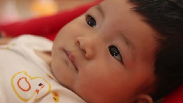 asiatische baby jungen - ein männliches baby allein stock-videos und b-roll-filmmaterial