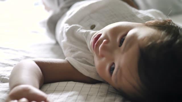 asiatisches baby junge morgen aufzuwachen. - kindertag stock-videos und b-roll-filmmaterial
