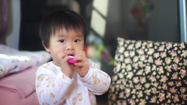 vídeos de stock, filmes e b-roll de o bebê asiático escova seus dentes. - só um bebê menino