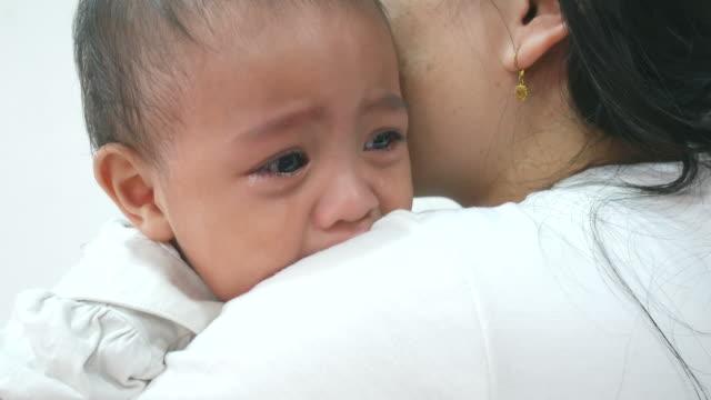 vídeos y material grabado en eventos de stock de llanto de bebé asiático - hambriento