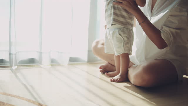asiatiska baby första stegen till föräldrar hemma - hitta bildbanksvideor och videomaterial från bakom kulisserna