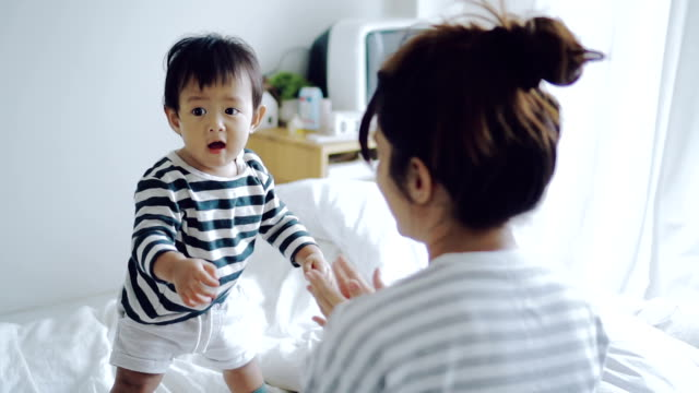 vídeos de stock, filmes e b-roll de bebê asiático como aprender a andar - primeiros passos