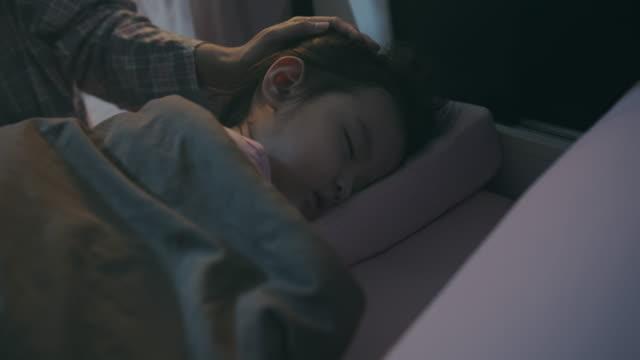 asiatische baby oder kind mädchen schlafen mit ihrer mutter im schlafzimmer in der nacht. sie müde vom spielen den ganzen tag - held stock-videos und b-roll-filmmaterial
