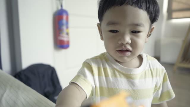 vídeos de stock e filmes b-roll de asian baby playing toy car plastic - membro humano