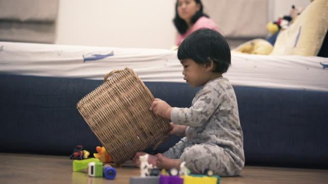 vídeos de stock, filmes e b-roll de bebê asiático que jogam o brinquedo no quarto - só um bebê menino