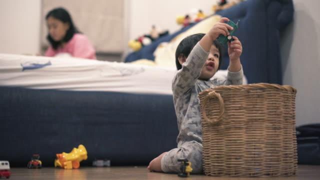 asiatisches baby spielen spielzeug im schlafzimmer - ein männliches baby allein stock-videos und b-roll-filmmaterial