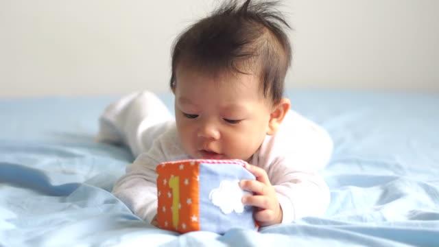 vídeos de stock, filmes e b-roll de bebê asiático jogando brinquedos - b roll