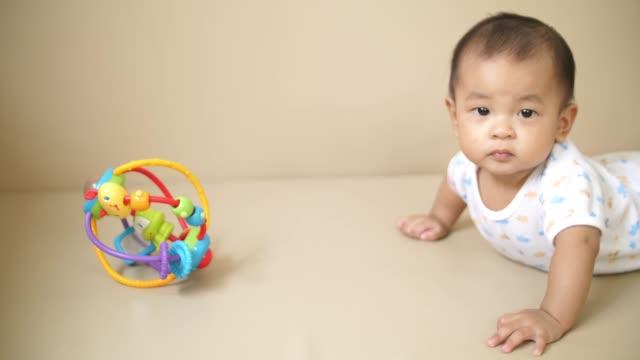 自宅のおもちゃで遊んでアジアの赤ちゃん - 兄弟点の映像素材/bロール