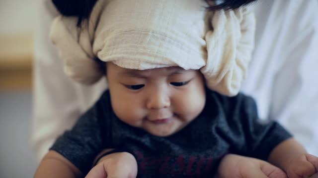 vídeos y material grabado en eventos de stock de cu: asia bebé con su madre en casa - 6 11 meses