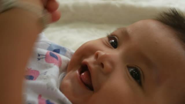 asiatisches baby lächeln - kleinstkind stock-videos und b-roll-filmmaterial