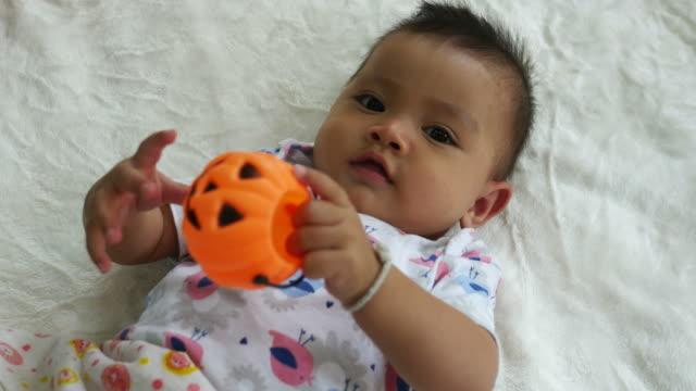 アジアの赤ちゃんカボチャ グッズ笑みを浮かべて - カボチャ点の映像素材/bロール