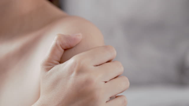 vídeos de stock e filmes b-roll de asian beautiful women suffering from shoulder pain,adult using hand massage to recovery stress tension. health care and sport concept. - dor no pescoço