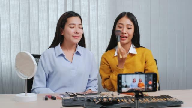 ソーシャルメディアのコンセプトライブストリーミングウイルスvlogging上のメイクアップ化粧品オンラインインフルエンサーとvlogオンライン放送を記録するアジアの美容インフルエンサー。 - バイラルビデオ点の映像素材/bロール