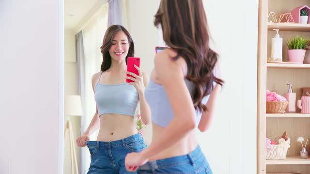鏡でアジアの美しさの外観 - 低炭水化物ダイエット点の映像素材/bロール