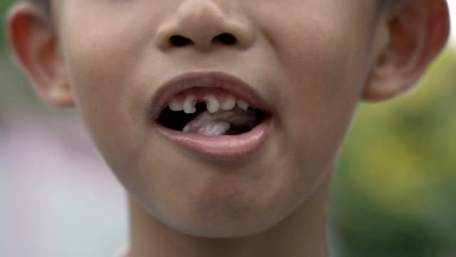 asian boy chewing a gum - gomma da masticare video stock e b–roll