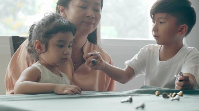 妹と口論した後の問題を議論するアジアの少年 - 兄弟点の映像素材/bロール