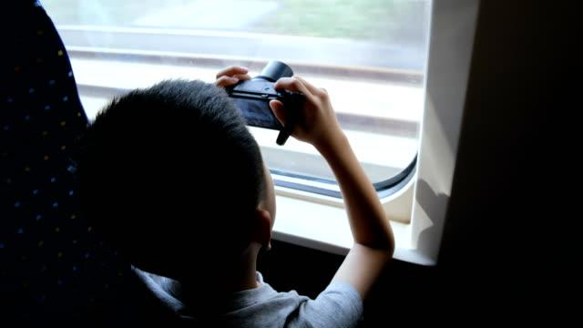高速列車で撮影アジアの少年 - 高速列車点の映像素材/bロール