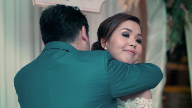 vídeos y material grabado en eventos de stock de asia novia y el novio en la recepción de la boda - pareja de mediana edad