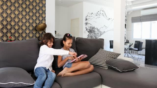 Asiatische Bruder und Schwester mit einem Tabletcomputer