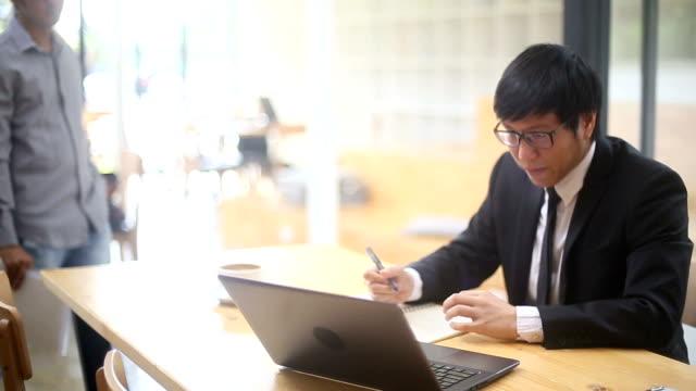 アジア ビジネスの男性部下によって打撃を受ける - 戦略点の映像素材/bロール