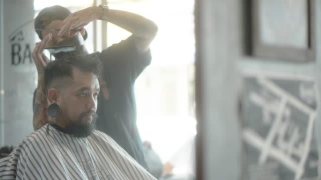 vídeos de stock, filmes e b-roll de homem de negócios asiático com barbearia - new