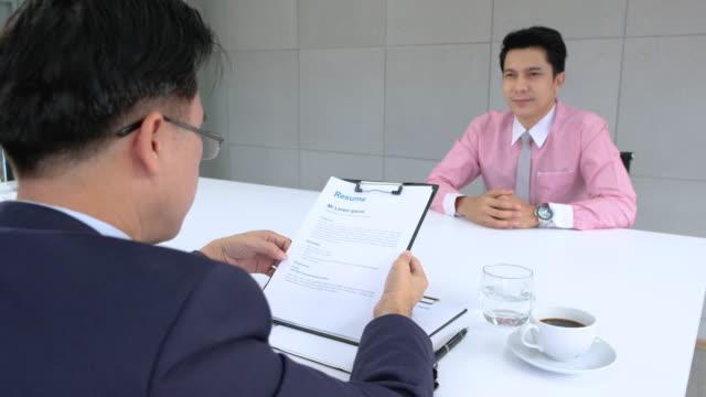 room.job インタビューを満たす申請者のアジア ビジネス マネージャー チェック インタビュー履歴書フォーム - クラシファイド広告点の映像素材/bロール