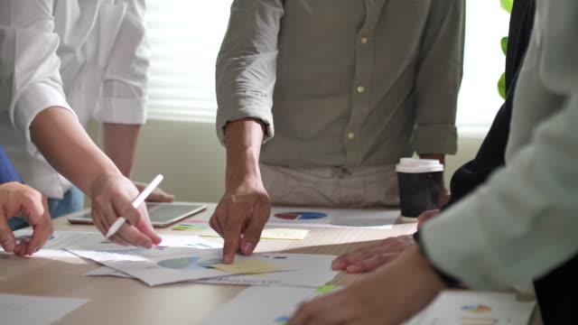 アジアビジネス会議とデータ分析 - 従業員エンゲージメント点の映像素材/bロール