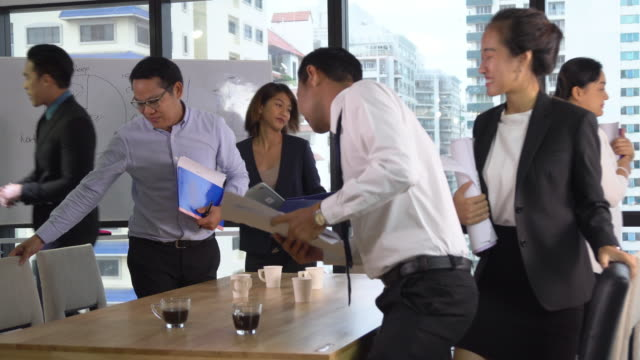 stockvideo's en b-roll-footage met aziatische zakenmensen afwerking vergadering en het verlaten van de moderne werkplek, pan shot - diavoorstelling