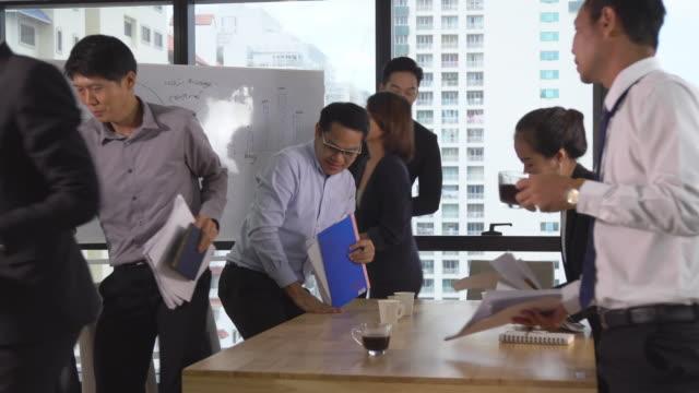stockvideo's en b-roll-footage met aziatische zakenmensen afwerking vergadering en het verlaten van de moderne werkplek - diavoorstelling