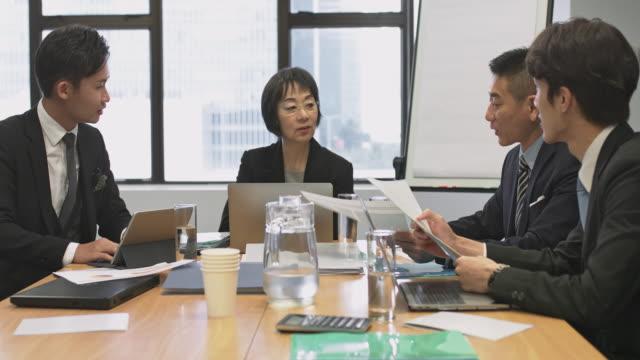 オフィスでの会議のアジア ビジネス人々 - 4人点の映像素材/bロール