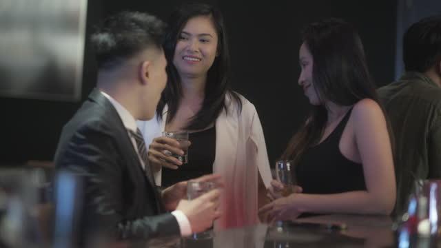 vídeos de stock, filmes e b-roll de empresários asiáticos relaxam em bar - vestuário de trabalho formal