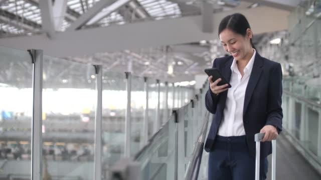空港でスマートフォンを利用するアジアのビジネスパーソン - global business点の映像素材/bロール